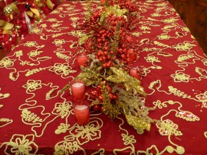 hslcw-s09_red-and-gold-tablescape_s4x3_lg